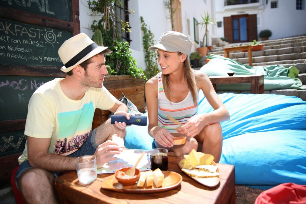couple eating cafe food outside with bamboo cutlery set